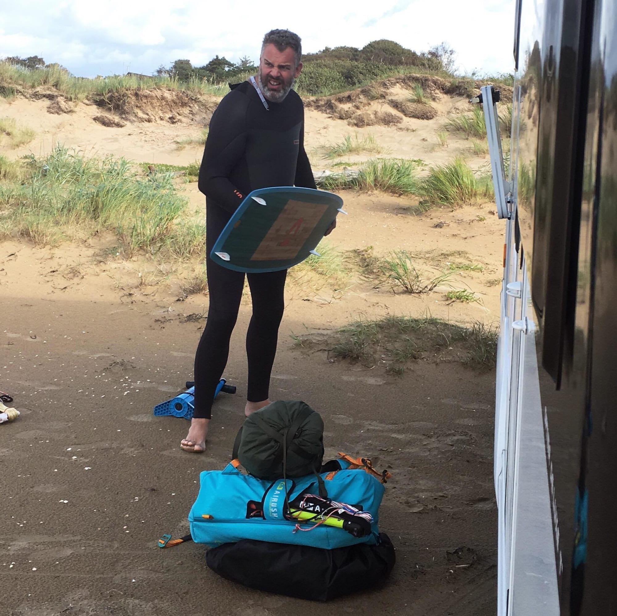 Uffe ute och kitesurfar